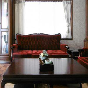 クラシックなソファに合わせたオシャレなカーテンの取付