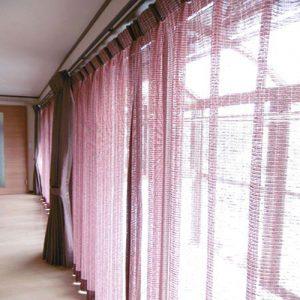 シックな窓辺を演出するカーテンの取付