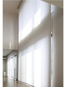 部屋全体が明るく清潔感のあるバーチカルブラインド取替え