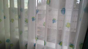 オシャレなグラデーションカラーのカーテンと可愛いハリネズミのレース