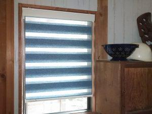 マリンなイメージの小窓ロールスクリーン