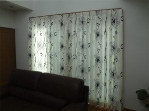 アクセントになる鮮やかなカーテンの取付